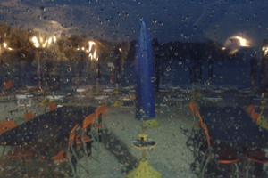 pioggia-e-ombrelloni-corpo