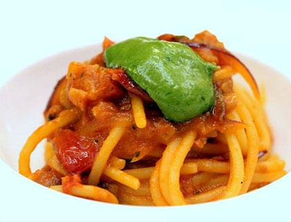 CastaDiva-032-spaghetto-grande-all'amatriciana-cipolla-pamrinata-battuto-di-gamberi-rossi-al-limone-e-pesto-leggero-corpo