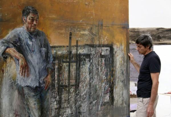 L'artista Velasco Vitali con il ritratto del padre Giancarlo