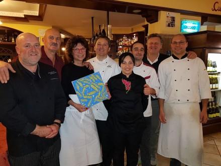 GRUPPO FINALE da sinistra Diguni, Moscardelli Carla Latini, Paciaroni Mara e Antonio, Carlo Latini e Gabriele secondo cuoco